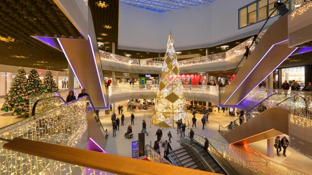 Weihnachtsbeleuchtung in einem Shoppingcenter.