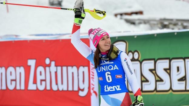 Skirennfahrerin jubelt im Ziel.