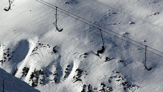 Im Skigebiet Gemsstock kommt ein jugendlicher Skifahrer in einer Lawine ums Leben.