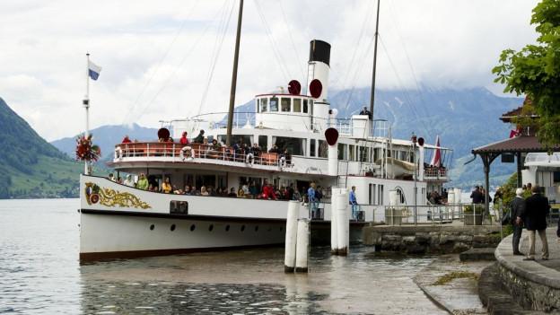 Dampfschiff «Stadt Luzern» beim Anlegen in Weggis.