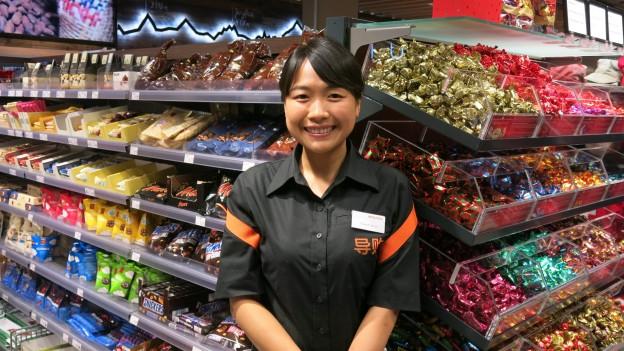 Shoppinghilfe Xiaoshi Bing berät Touristen bei ihren Einkäufen.