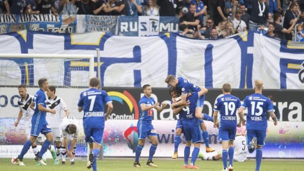 Die Luzerner feiern ihren Sieg gegen Lugano