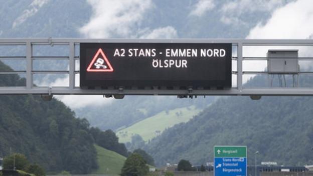 Hinweistafeln auf der Autobahn weisen auf die Gefahr hin