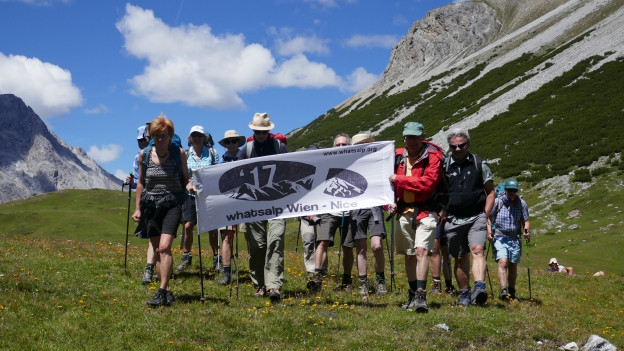 Die Wandergruppe kommt in der Schweiz an.