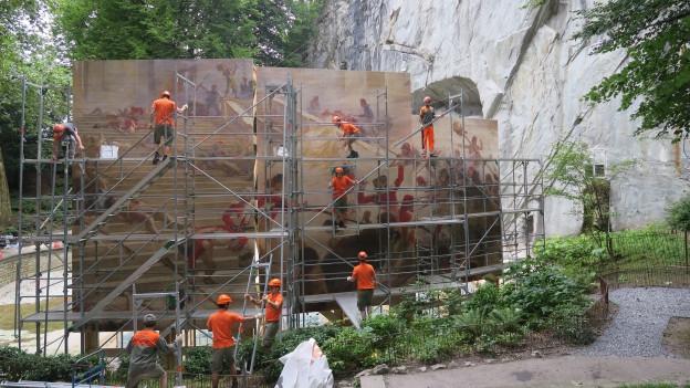 Das riesige Wandgemälde vor dem Löwendenkmal.