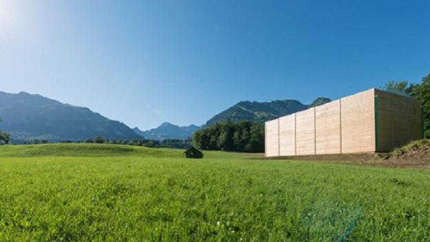 In einem Holzpavillon findet das Visionsgedenkspiel statt.
