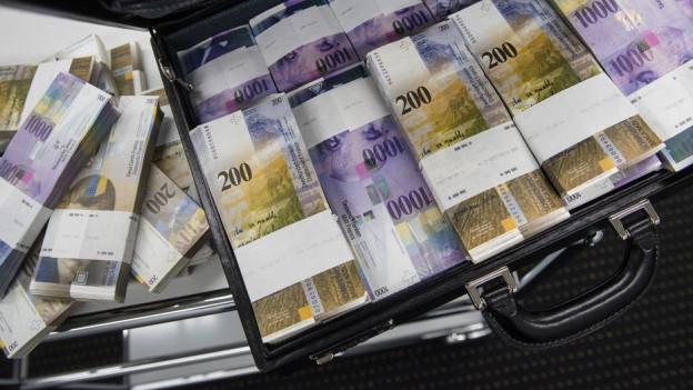 Ein Koffer voller Bündel von Schweizer 200er-Noten.
