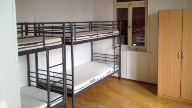 Blick auf Betten in einer Asylunterkunft.