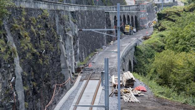 Die heikle Lage zwischen See und Fels machen die Bauarbeiten besonders schwierig.