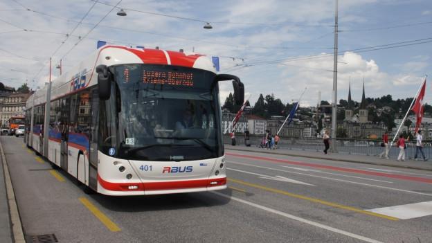 Ein weiss-roter Doppelgelenkbus in der Stadt Luzern.