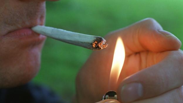 Jemand, der einen Joint raucht.