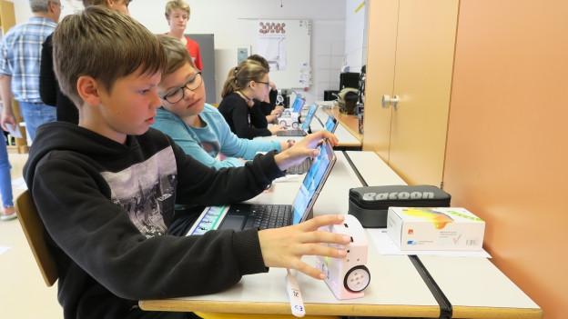 Der spielerische Umgang mit den Roboter soll den Kindern die Hemmungen gegenüber dem Programmieren nehmen.