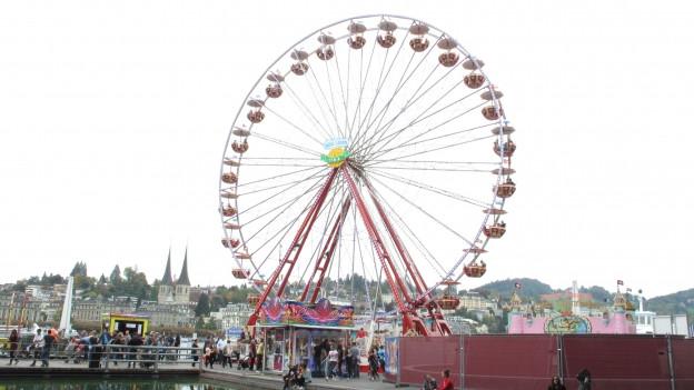 Das Riesenrad auf dem Europaplatz bietet eine herrliche Aussicht auf Stadt und Berge.