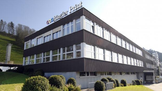 Ein grosses Gebäude mit markantem Logo.