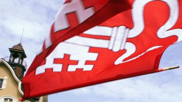 Nidwaldner Flagge wirbelt durch die Luft.