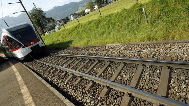 Ein Zug auf einem Gleis