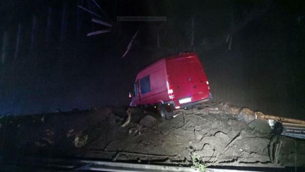 Eine Schlammlawine auf der A2 erfasste auch ein Auto