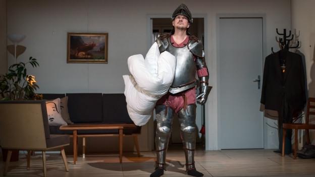 Claudio Otelli als Falstaff nistet sich in einer fremden Wohnung ein.