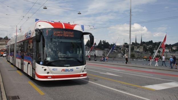 Ein Bus fährt über eine Brücke.