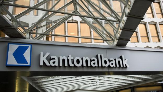 Der Schriftzug der Luzerner Kantonalbank an einem Metallträger.