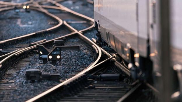 Ein Zug fährt über Weichen.
