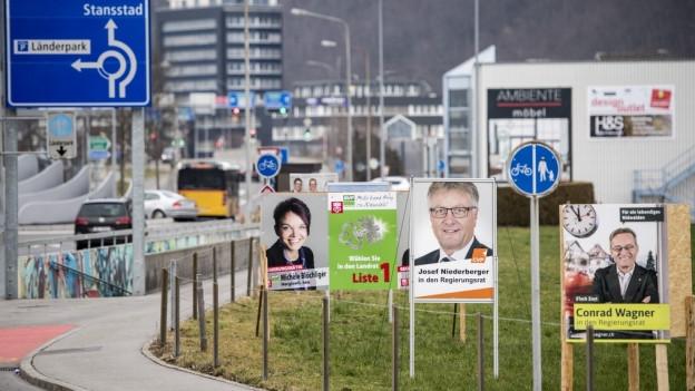 Wahlplakate, die in Nidwalden an einer Strasse stehen.