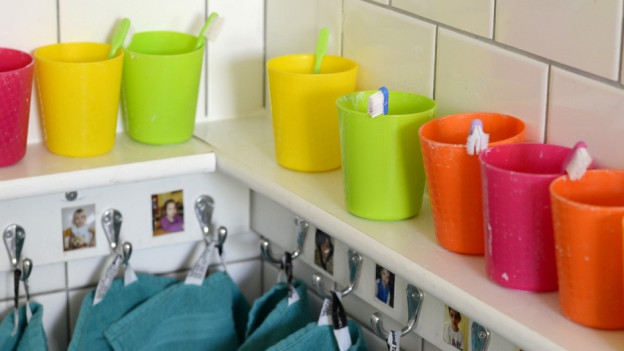 Zahnputzbecher und Handtücher in Kita.