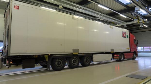 LKW in der Halle des Schwerverkehrszentrums in Erstfeld.