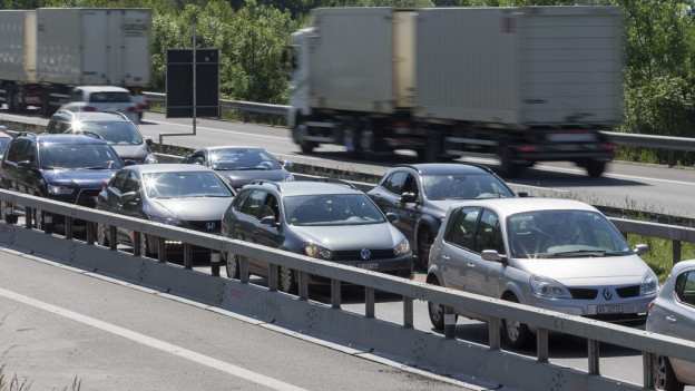 Auf der Autobahn stehen viele Autos im Stau