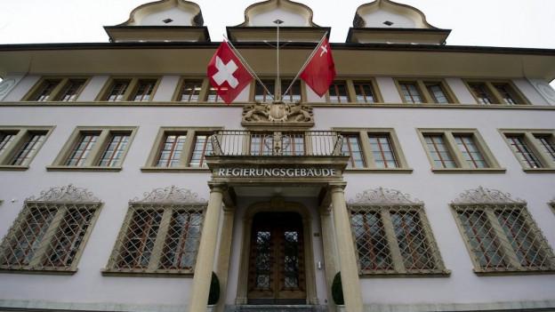 Regierungsgebäude des Kantons Schwyz mit zwei Fahnen.
