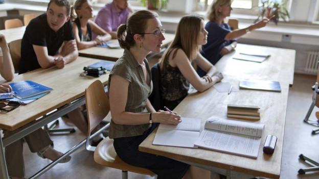 Schulzimmer mit Schülerinnen und Schülern (Symbolbild)