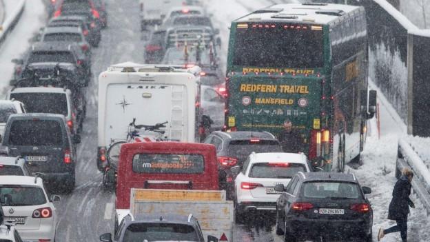 Wegen des vielen Schnees ging auf der A2 zeitweise nichts mehr.