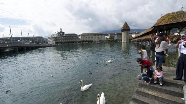 Menschen in der Stadt Luzern am See