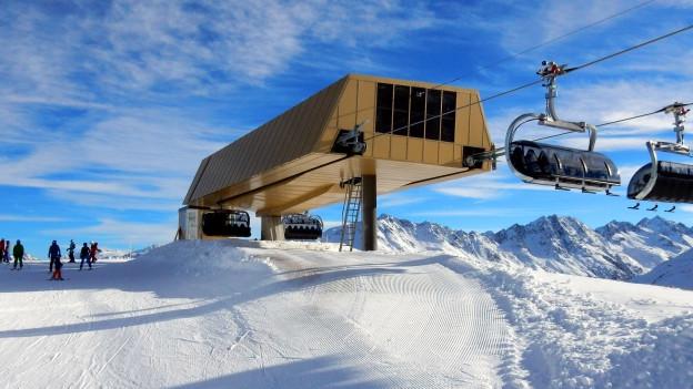 Eine Berg-Seilbahn in verschneitem Gebiet.