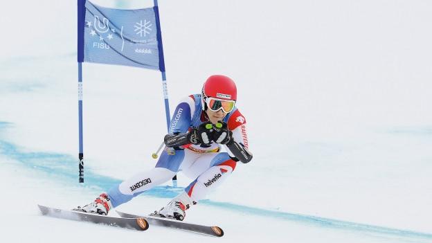 Ein Skifahrer fährt Slalom.