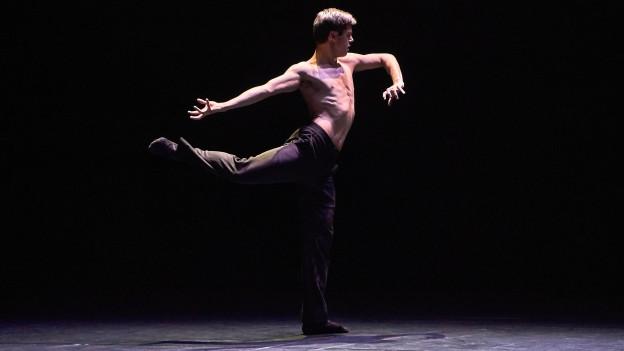 Zwei Menschen tanzen auf der Bühne des Luzerner Theaters.