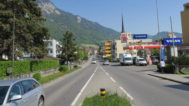 Eine Strasse durch ein Dorf