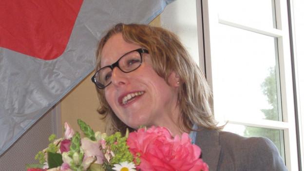 Barbara Gysel erhält Blumen für ihre Kandidatur.