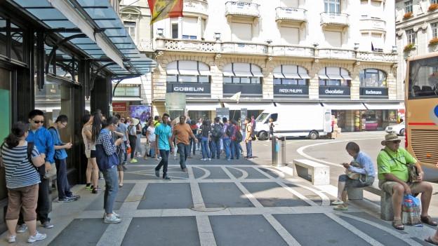 Touristen stehen am Schwanenplatz in Luzern