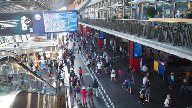 Menschenmenge im Bahnhof