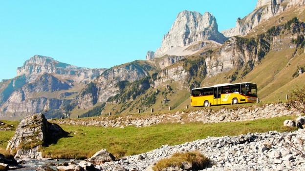 Ein Postauto am Klausenpass - auch in der Zentralschweiz werden Rückzahlungen erwartet.
