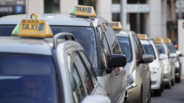 Taxis stehen in einer Schlange.