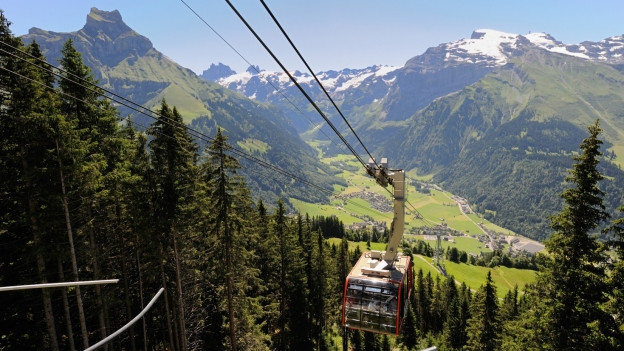 Die Brunni-Seilbahn fährt in die Bergstation ein.