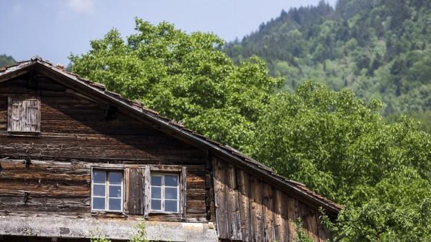 Dunkles Holz, kleine Fenster: Das 700-jährige Holzhaus in Steinen sollte abgerissen werden, jetzt macht sich der Bund dafür stark.
