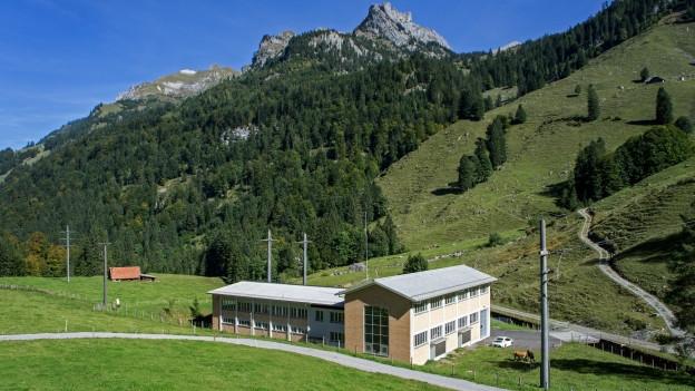 Ein Kraftwerk des Elektrizitätswerks Obwalden mit Bergen im Hintergrund.