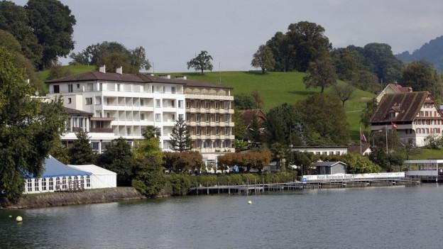 Ein grosses Haus am See.