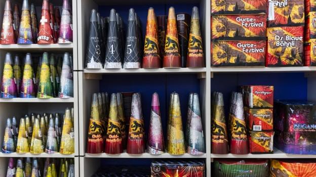 Diese Regale voller Raketen und Zuckerstöcken werden sich nicht mehr leeren: Das Feuerverbot führt dazu, dass Hersteller und Händler von Feuerwerk ihre Produkte nicht loswerden.