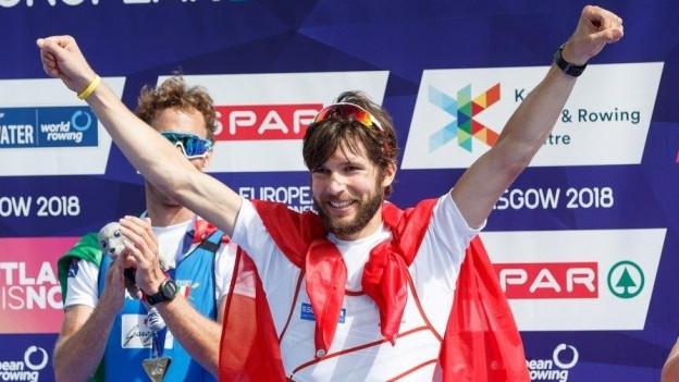 Michael Schmid freut sich über die Goldmedaille.