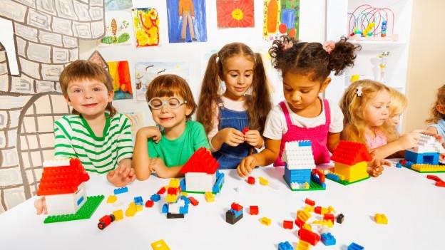 Kinder am Legospielen