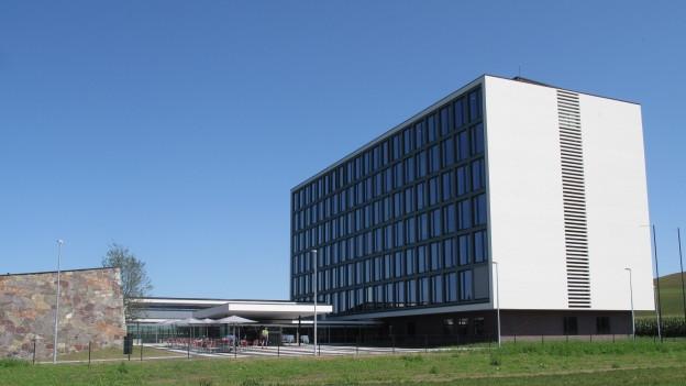 Ein weisses Gebäude